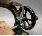 kindernaehmaschine-um-1900-jugendstil-massiv-eisen-guss-mit-ornament.6