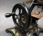 kindernaehmaschine-um-1900-jugendstil-massiv-eisen-guss-mit-ornament.7