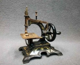 kindernaehmaschine-um-1900-jugendstil-massiv-eisen-guss-mit-ornament