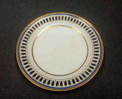 meissen-um-1820-40-teller-mit-durchbruchrand-blau-gold-1-wahl