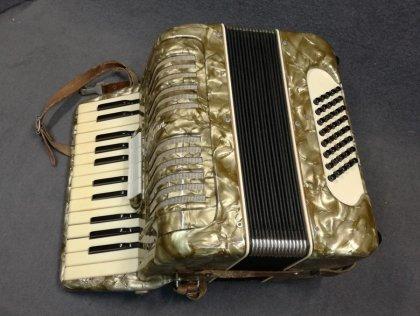 akkordeon-klingenthal-otto-troege-r-mit-koffer-und-vielen-notenheften