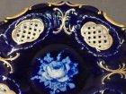 pirkenhammer-schale-kobaltblau-mit-gold-und-weisser-rose-flechtrand.3